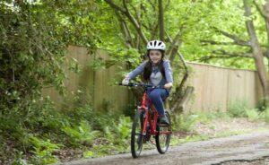 Pige på en Frog Bike